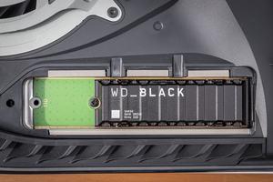 WD_BLACK SN850 NVMe SSD mit Heatsink; eingebaut in der PlayStation 5