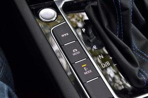 Mit der E-Mode-Taste wird zwischen Verbrenner und Elektromotor gewechselt, nicht immer so schnell wie gewünscht