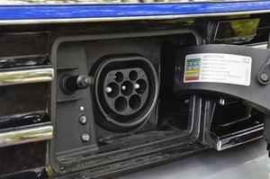 An die Steckdose muss der VW Passt GTE Variant in der Praxis nach spätestens 40 Kilometern - 50 werden versprochen
