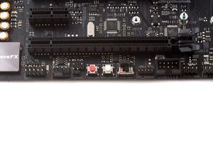 Am unteren PCB-Rand sind weitere Onboard-Buttons und ein Jumper erreichbar.