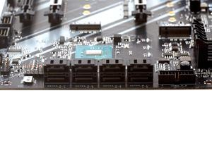 Achtmal SATA 6GBit/s und zweimal M.2 (M-Key) bilden die Storage-Anschlüsse.