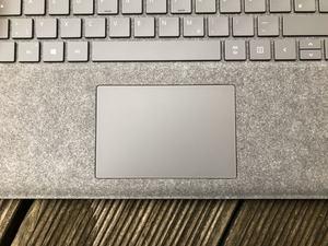 Das Touchpad des Surface Laptop ist leicht schief eingebaut, bietet aber einen hohen Bedienkomfort