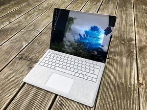 Rund 400 cd/m² in der Spitze reichen beim Microsoft Surface Laptop nicht, um Spiegelungen effektiv zu kontern