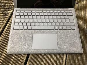 Alcantara statt Aluminium: Microsoft spendiert dem Surface Laptop einen stoffbezogenen Inneraum