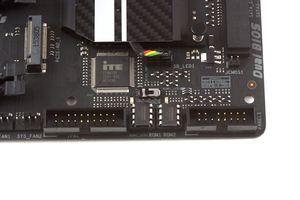 Zwei gesockelte BIOS-ROMs und dazu ein BIOS-Switch erhöhen den Komfort.