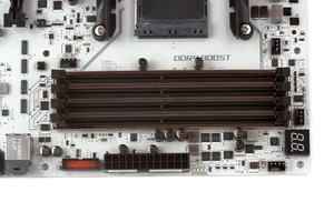 Vier DDR4-DIMM-Bänke sind auch bei dieser Platine Pflicht.
