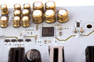 Als Audio-Codec wird Realteks ALC1220 verwendet.