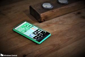 Fast ein Trendsetter: Microsofts rahmenloses Lumia 435 aus dem Jahr 2014 zeigt sich erstmals