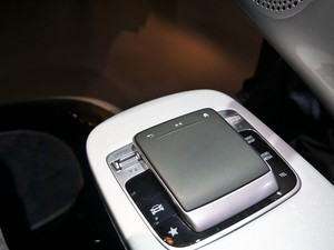 Vom bekannten Dreh-Drück-Steller muss man sich verabschieden, MBUX setzt auf ein Touchpad mit Zeichenerkennung und haptischem Feedback