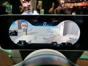 MBUX: Die Darstellung auf dem linken Display ist flexibel, wahlweise nimmt die Navigationsansicht viel Platz ein