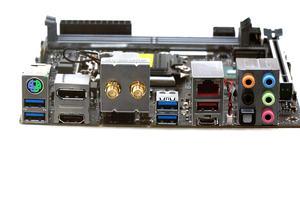 Das I/O-Panel beim Supermicro C7Z370-CG-IW in der Übersicht.