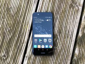 Das Huawei nova 2 buhlt mit seinem 5-Zoll-Display in der oberen Mittelklasse um Käufer