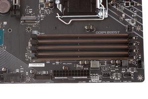 Vier DDR4-DIMM-Speicherbänken nehmen bis zu 64 GB RAM auf.
