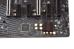 Rechts der Audio-Bereich und links davon der SuperI/O- und LAN-Controller.