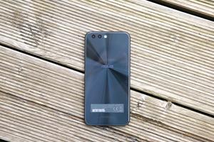 Vor allem die Rückseite des ZenFone 4 ist gelungen, hier greift ASUS das Zen-typische Design auf