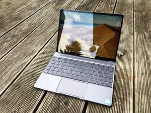 Im Freien kommt das Display des Huawei MateBook X an seine Grenzen, rund 400 cd/m² sind nicht immer genug