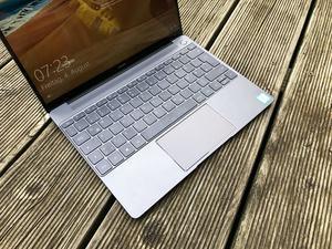 Das PCM-basierte Kühlsystem im Huawei MateBook X kann man weder sehen noch hören, allenfalls die Oberflächentemeperaturen geben einen Hinweis darauf