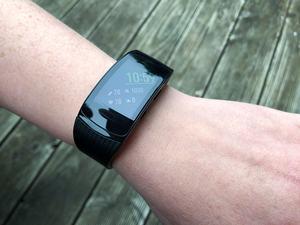 Die Samsung Gear Fit2 Pro bietet ein 1,5 Zoll großes Super-AMOLED-Display, das sich gut ablesen lässt