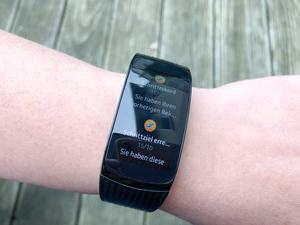 Dank Tizen als Unterbau bietet die Samsung Gear Fit2 Pro Smartwatch-Funktionen