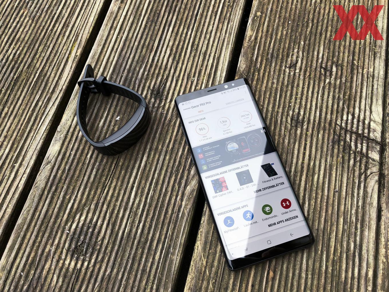Das Bild täuscht: Beim Sport kann die Samsung Gear Fit2 Pro dank GPS und Offline-Spotify auch ohne Smartphone genutzt werden