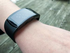 Neu ist der Wasserschutz gemäß 5 ATM, den man der Samsung Gear Fit2 Pro aber nicht ansieht