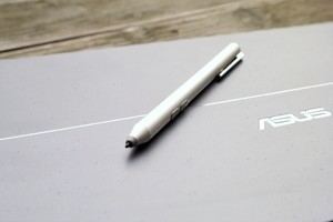 Der ASUS Pen liegt gut in der Hand