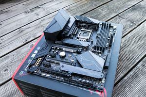Das ASUS ROG Maximus XI Hero (Wi-Fi) basiert auf Intels Chipsatz Z390 und bietet somit die besten Voraussetzungen für Overclocking