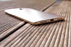 Wie schon im P9 Plus bietet Huawei auch im Mate 9 zwei Lautsprecher, die je nach Ausrichtung unterschiedliche Aufgaben erfüllen