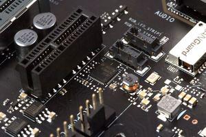 Keine Veränderung im LAN-Bereich: Der Intel I219-V hat das Kommando.