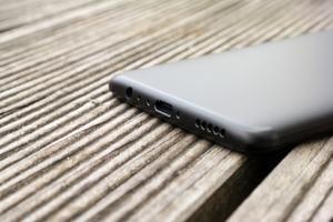 Das OnePlus 5 bietet Audio-Buchse und USB Typ-C, letzteres aber nur in Verbindung mit USB 2.0