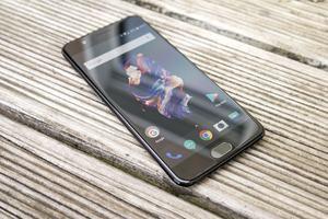 Angeboten wird das OnePlus 54 mit 6 oder 8 GB RAM und 64 oder 128 GB internem Speicher - verlangt werden 499 oder 559 Euro
