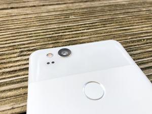 Google setzt auf der Rückseite auf einen komplett neuen Sensor und bietet endlich einen optischen Bildstabilisator