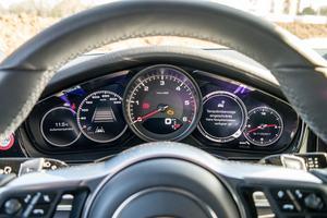 Porsche setzt im Panamera auf einen analogen Drehzahlmesser und zwei Displays mit je 7 Zoll für diverse Funktionen