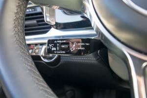 Bedient wird der adaptive Tempomat im Porsche Panamera über einen eigenen Lenkstockhebel, die Belegung ist gewöhnunsbedürftig