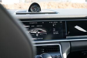 Verstecken muss sich das 12,3 Zoll großen Zentral-Display im Porsche Panamera nicht - Helligkeit und Schärfe überzeugen