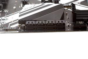 Genügend Storage-Anschlüsse werden beim ASRock Z270 Extreme4 geboten.