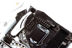 Satte 14 Spulen kümmern sich beim ASRock Z270 Taichi um die CPU-Spannungsversorgung.
