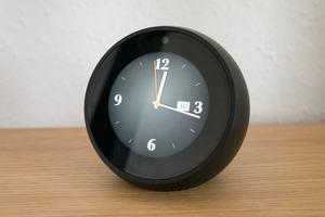 Mit dem Echo Spot bietet Amazon eine sinnvolle Ergänzung der Echo-Familie, die vor allem im Schlafzimmer und auf dem Schreibtisch überzeugt