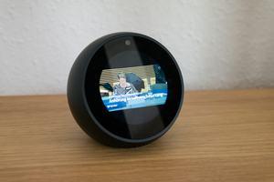 Zwar kann der Echo Spot auch Videos, beispielsweise Nachrichtensendungen, wiedergeben, viel Freude bereitet das aber nicht