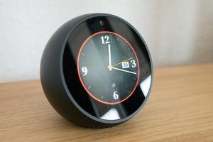 Das 2,5 Zoll große Display des Echo Spot ist insgesamt gut, der rote Ring signalisiert die Abschaltung von Mikrofonen und Kamera