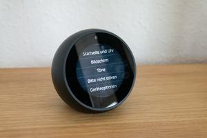 Die Einrichtung des Echo Spot wird durch den Touchscreen erleichtert