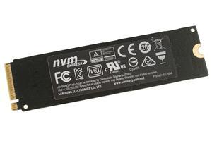 Auf der Rückseite der Samsung SSD 960 EVO befindet sich ein wärmeleitender Aufkleber aus Kupfer.