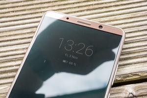 Huawei hat an eine Always-on-Funktion gedacht, versteckt die aber gut in den Tiefen der Optionen und bietet weniger Möglichkeiten als Samsung