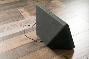 Die Stereo-Lautsprecher des neuen Echo Show strahlen nun nach schräg hinten ab, klingen aber nicht in allen Fällen besser als beim Vorgänger
