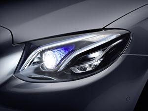 In den derzeit angebotenen Multibeam-LED-Schinwerfern von Mercedes-Benz stecken 82 einzelne LEDs (©: Daimler)