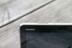 Gleich vier Lautsprecher spendiert Huawei dem MediaPad M3 Lite 10, klanglich landen die über dem Durchschnitt