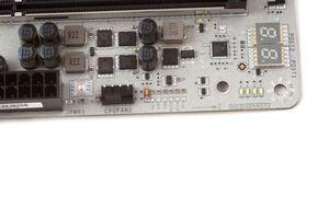 Zu sehen sind neben einer Diagnostic-LED außerdem ein paar Spannungsmesspunkte.
