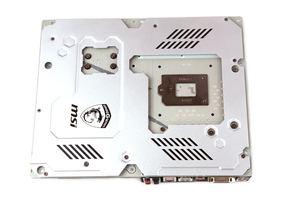 Auf der Rückseite wird fast das gesamte PCB mit einer Backplate überdeckt.