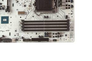 Vier DDR4-DIMM-Speicherbänke ermöglichen einen Ausbau bis 64 GB.