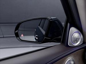 Der Totwinkelwarner warnt vor parallel fahrenden Fahrzeugen (©: Mercedes-Benz)